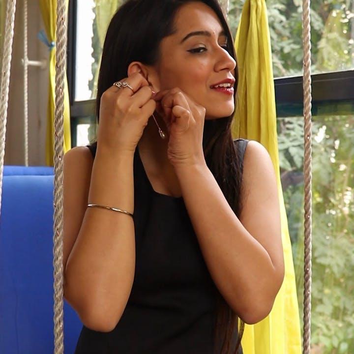 Hair,Beauty,Lady,Nose,Yellow,Black hair,Arm,Lip,Photo shoot,Hand