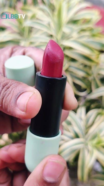 Plant,Liquid,Finger,Cosmetics,Pink,Nail care,Thumb,Nail,Material property,Tints and shades